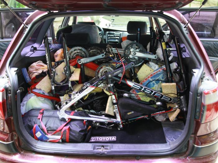 Расчищаем завал в багажнике.