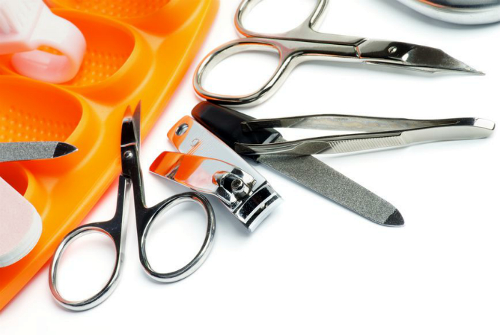 Чистка маникюрного инструмента и щипчиков для бровей.