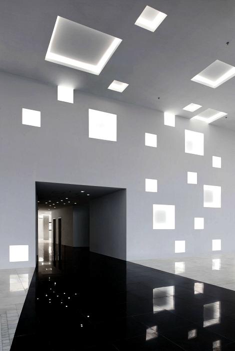 Навесной потолок с квадратными нишами.