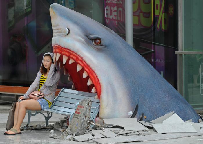 Скамейка в акульей пасти.