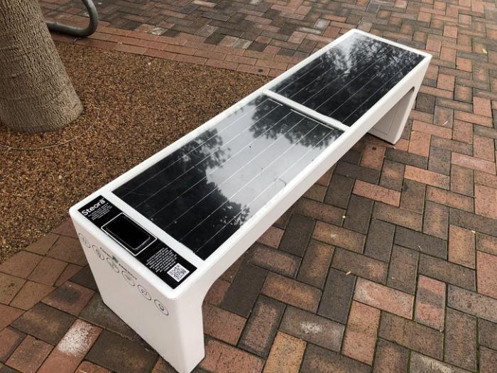 Скамейка с солнечной батареей.
