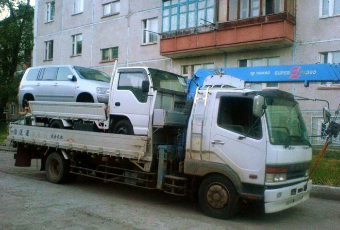 Сначала побольше, а сверху грузовик поменьше.