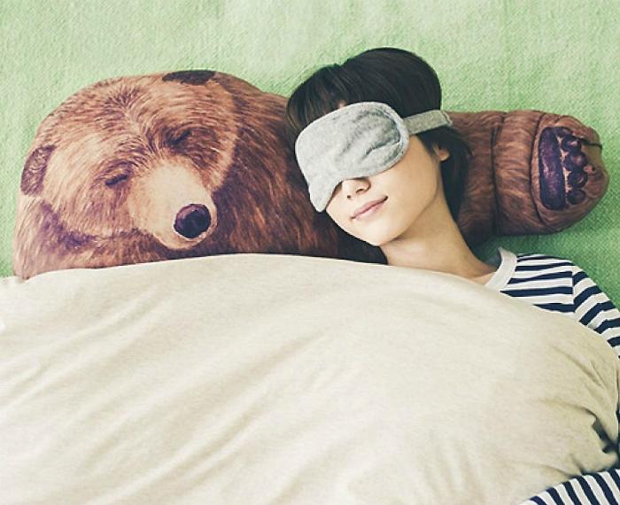 Забавная подушка, которая позволит выспаться в объятиях у медведя.
