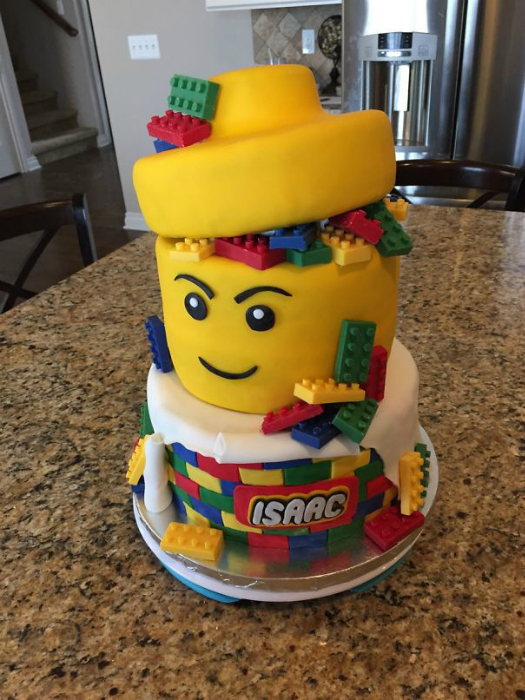 Именинный торт в виде конструктора «Лего».