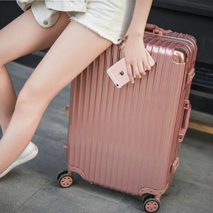 Аккуратный, красивый чемодан.
