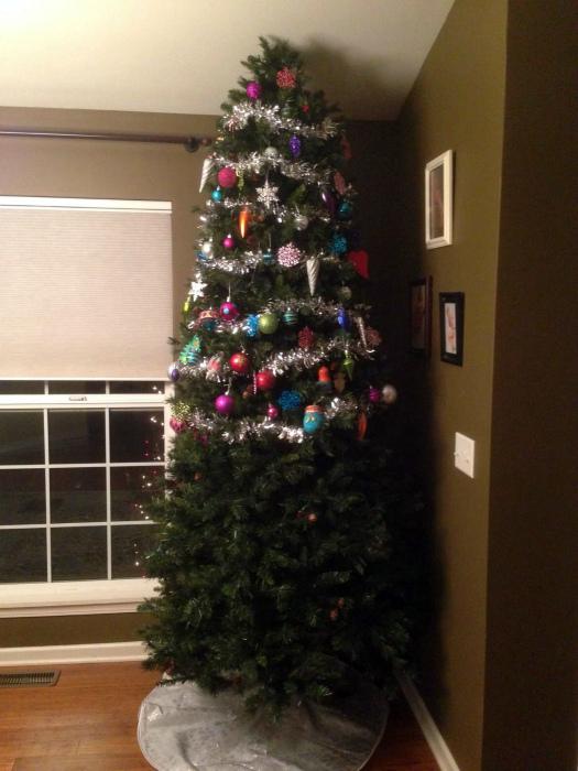 Наполовину наряженная елка.