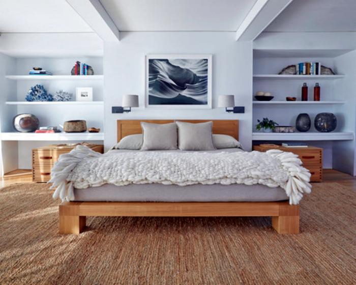 Светлая спальня в пляжном стиле.