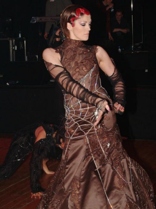 Вечернее платье от бельгийского дизайнера Ники Ванкетс украшают 2500 бриллиантов, сложенных в замысловатую паутинку.