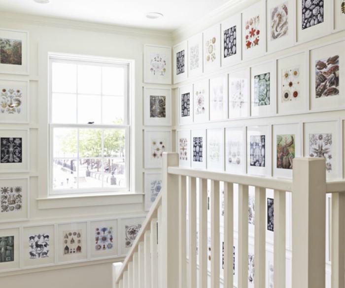 Картины в эко-стиле возле лестницы.
