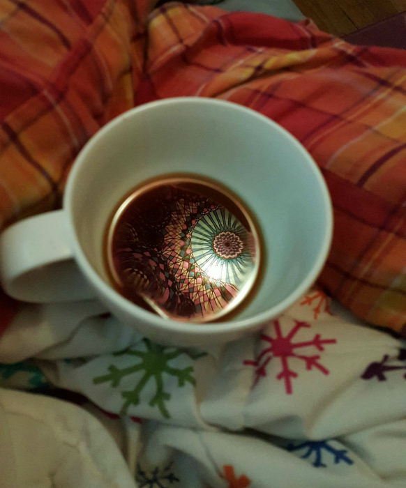 Отражение ковра в чашке кофе.