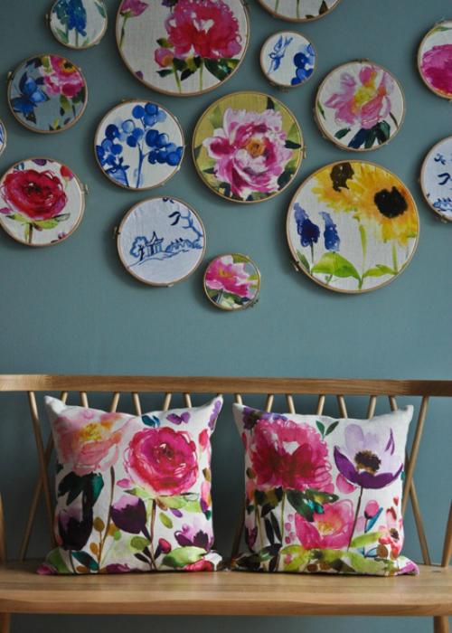 Стильные диванные подушки с цветочным принтом.