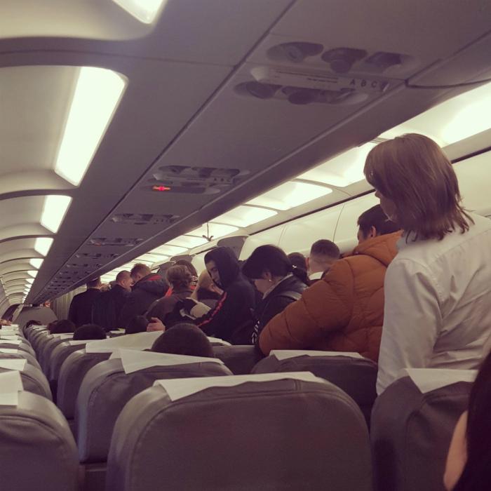 Пытаться первыми выйти из самолета. | Фото: Пикабу.