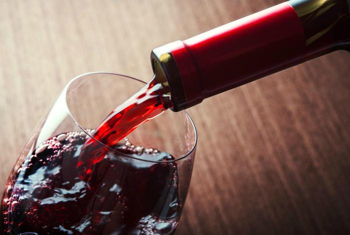 Хранить начатую бутылку вина.