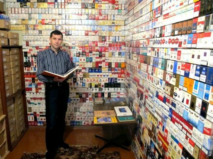 Этот мужчина всерьез считает, что сигаретные пачки лучше любых обоев.