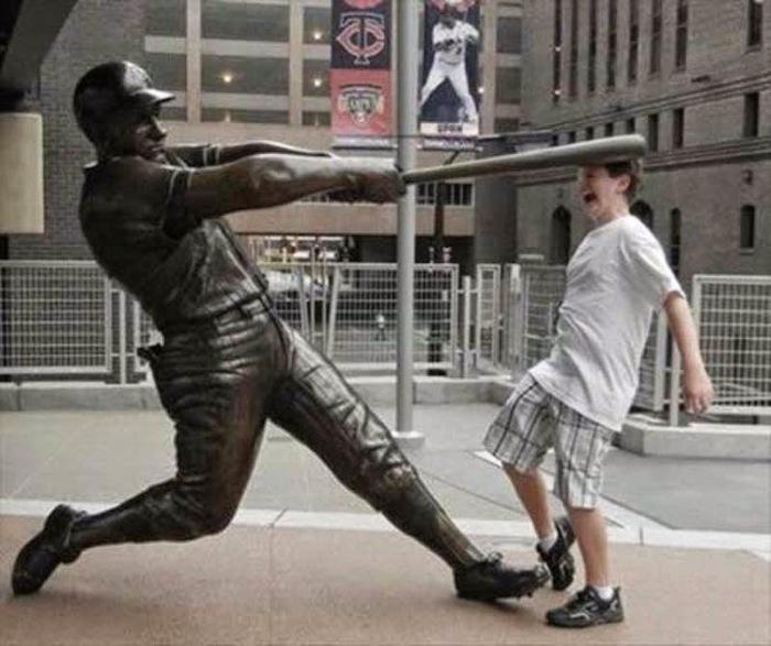 «Извините, перепутал вас с бейсбольным мячиком.»