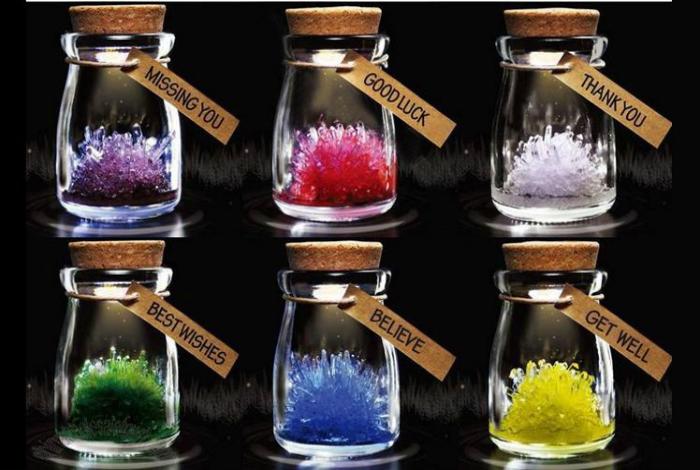 Миниатюрные баночки с кристаллами и пожеланиями.