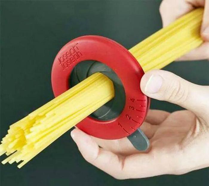 С помощью этого девайса можно идельо высчитать порцию спагетти для любой компании.