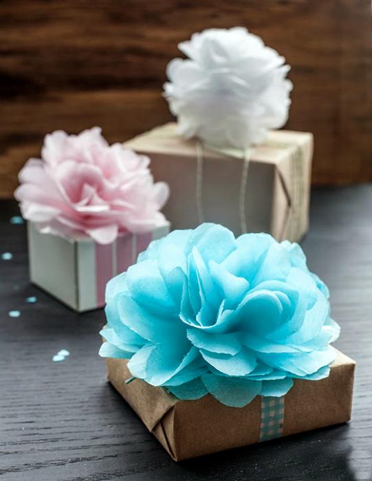 Коробочки, украшенные крупными цветами.