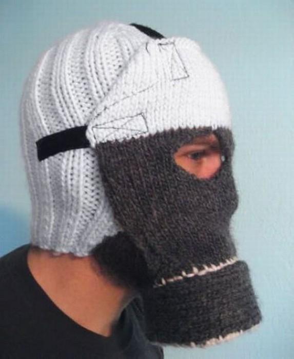 Теплая вязаная шапка-противогаз для жителей промышленных городов.