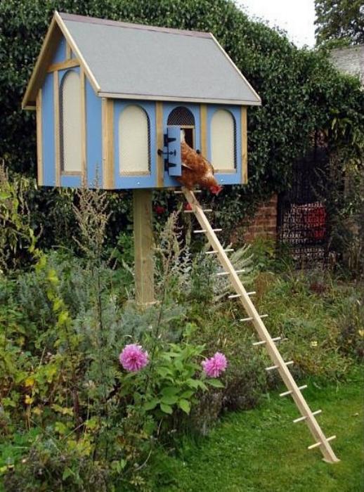 Курятник на высоком деревянном столбике.