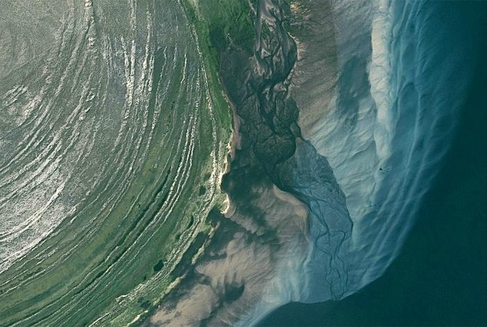 Потрясающие оттенки крупного озера Атабаска.