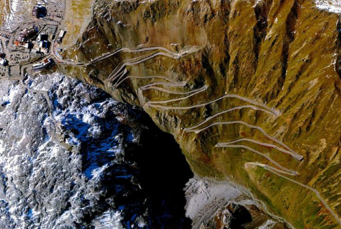 Крутые клоны и повороты перевала Стельвио в северной Италии.