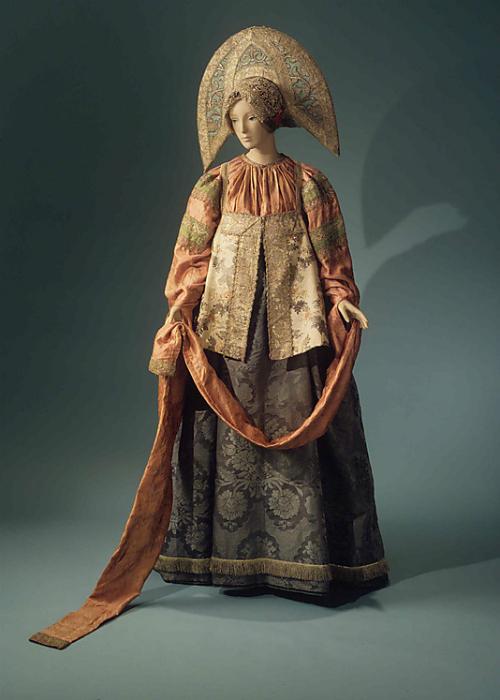 Модель русского народного костюма для женщин 19 века.