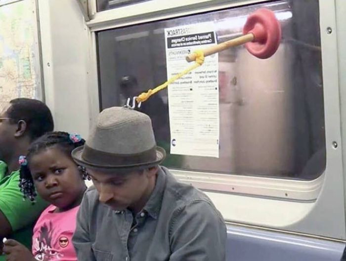 А вы знаете, как использовать вантуз в метро. | Фото: Норм Пост.