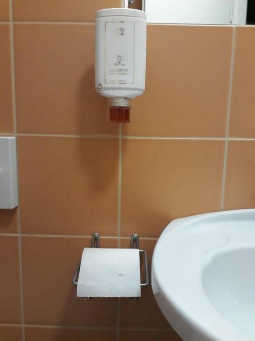 Мыло над туалетной бумагой.