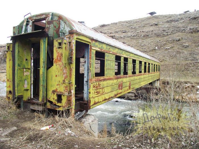Необычный дизайн моста в виде старого вагона.