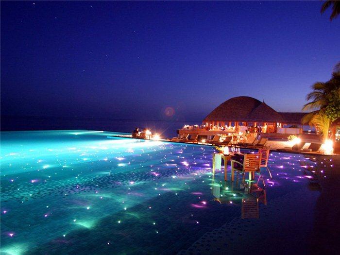Открытый бассейн с подсветкой.