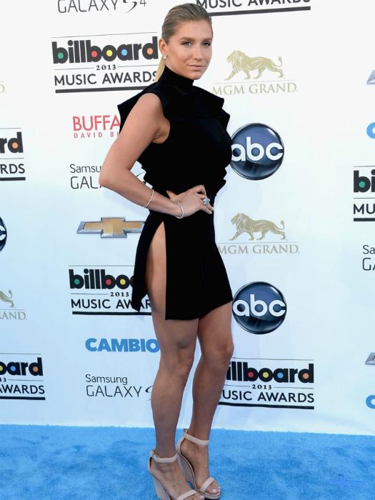 Певица Кеша появилась на красной дорожке в экстремально коротком платье с большим разрезом от Givenchy.