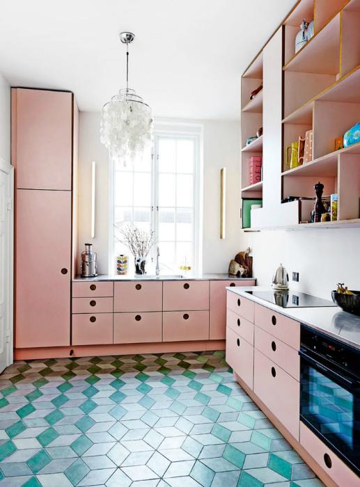 Кухня в розово-голубых тонах.