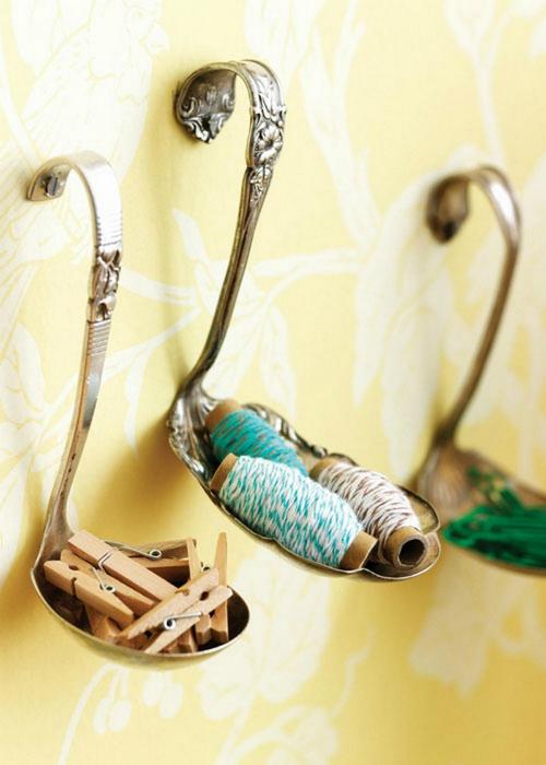 Подставки для важных мелочей, сделанные из старинных ложек, прикрученных к стене.