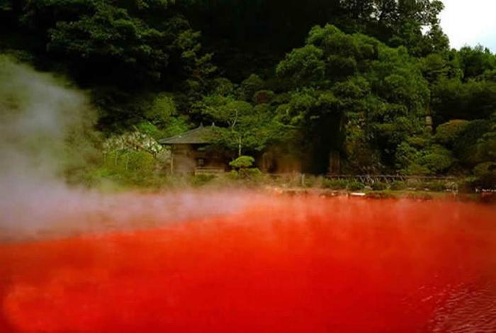 Таинственный «Кровавый пруд» - один из девяти источников-гейзеров с горячей водой ярко-красного цвета.