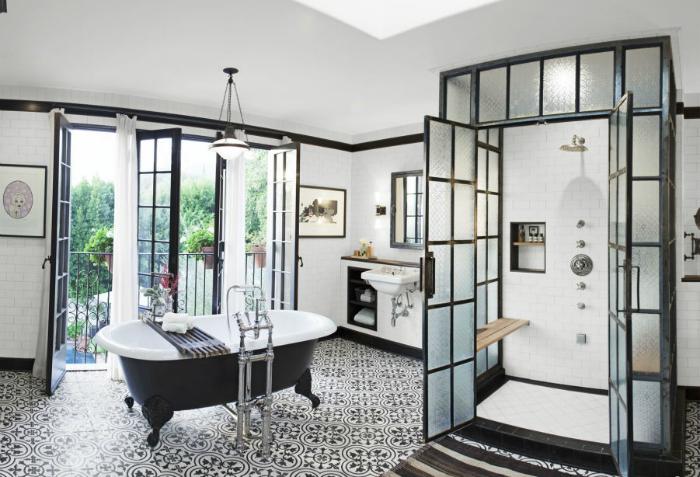 Ванная комната в черно-белых тонах.