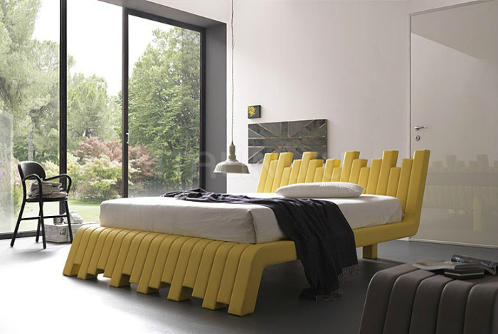 Желтая кровать с необычным каркасом.