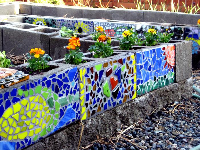 Бордюры, украшенные мозаикой. | Фото: DecoArt24.