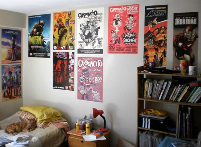 Большое количество плакатов на стенах. | Фото: yandex.kz.