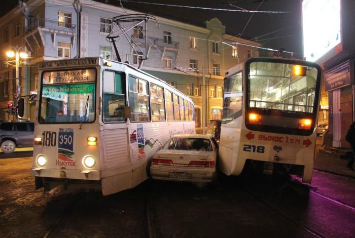 В объятиях двух трамваев. | Фото: Пикабу.