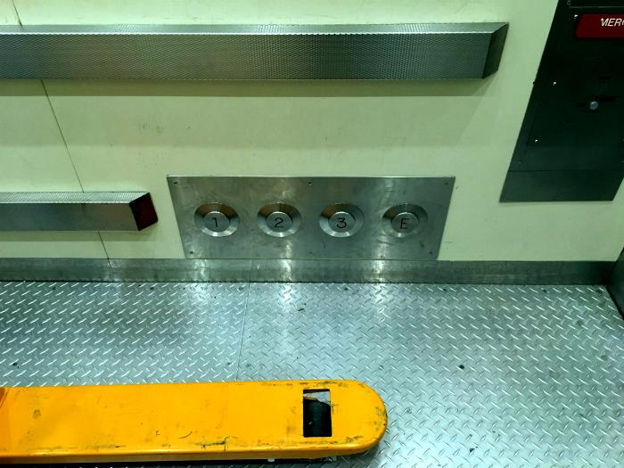 Лифт с дополнительными кнопками внизу.