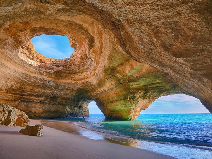 Потрясающий пляж Бенагил в пещере.