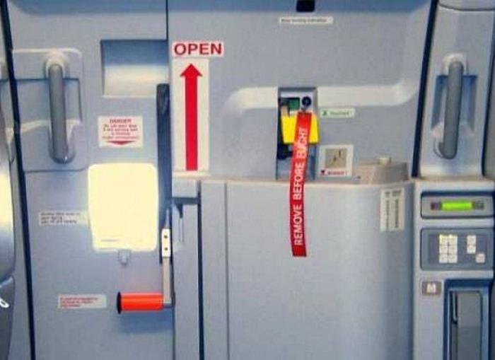 Случайно открытая дверь самолета может привести к смерти всего экипажа.