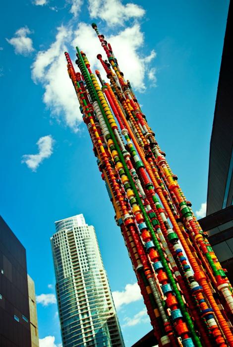 Огромная башня из множества разноцветных пробок.