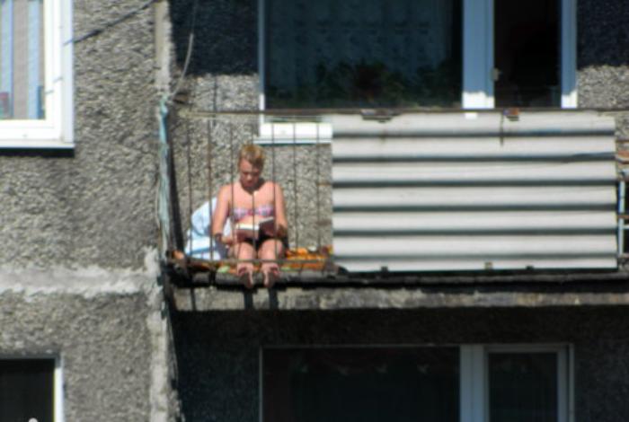 Загар на балконе.