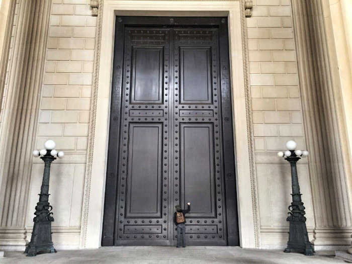 Двери Национального архива Америки.
