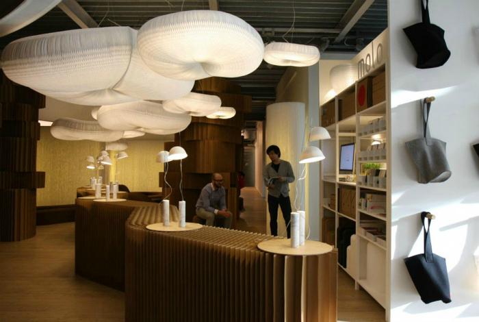 Рабочее пространство с оригинальной дизайнерской мебелью.