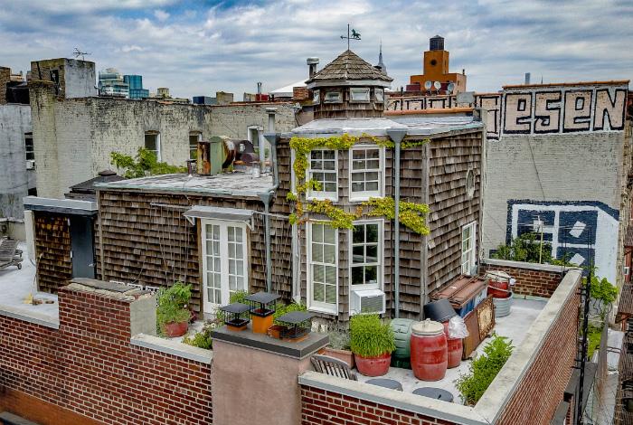 Очаровательный домик на крыше пятиэтажки.