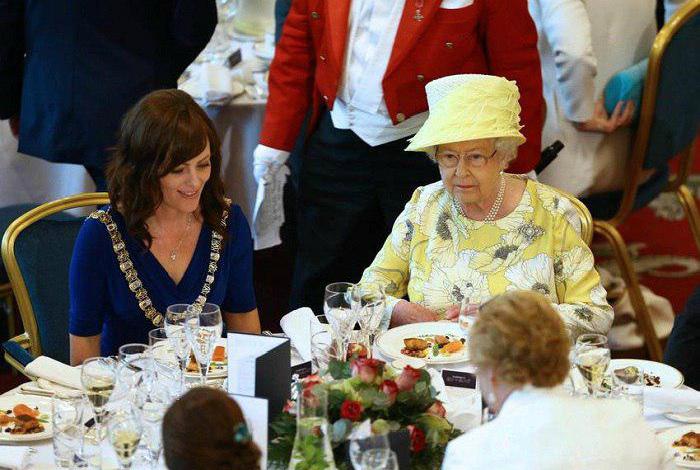 Поведение королевы за столом.