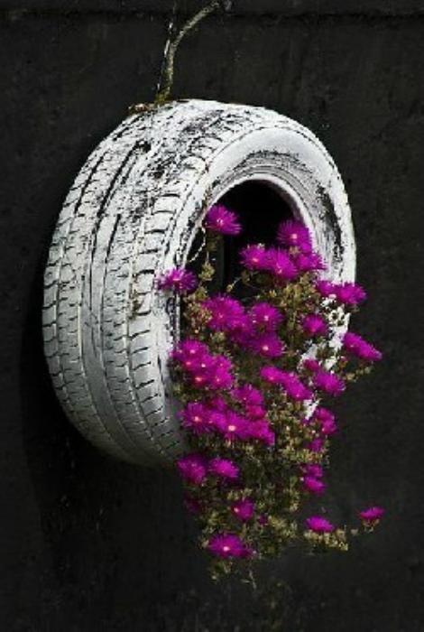 Подвесная клумба из покрышки. | Фото: liveinternet.ru.